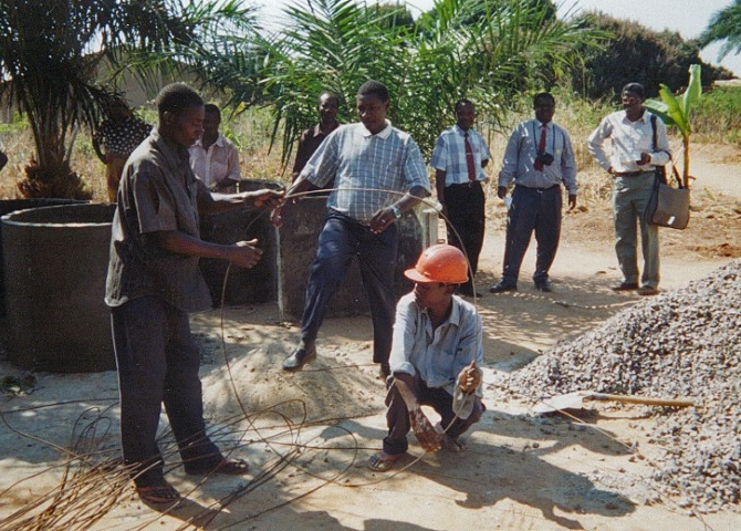 Making concrete rings for lining a well