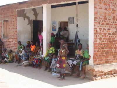 Mothers at Semembele clinic before refurbishment